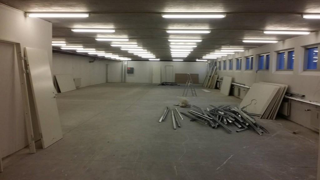 Vores kommende dojang tømt for gipsvægge. Nu mangler der bare en gang maling og måtter på gulvene.